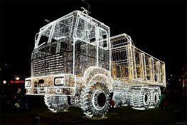 Kinh ngạc với xe tải MAZ làm bằng đèn LED để chào mừng Giáng Sinh tại Minsk – Belarus
